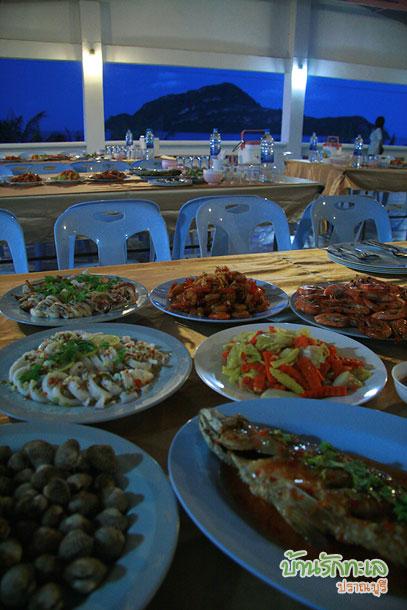 ลานกิจกรรม ทานมื้อค่ำ ที่พักริมทะเล ประจวบ บ้านรักทะเล