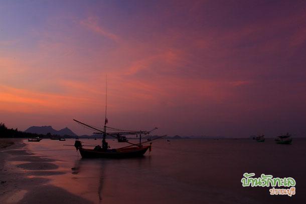 ชายหาดกับแสงยามเย็น ปราณบุรี บ้านรักทะเล