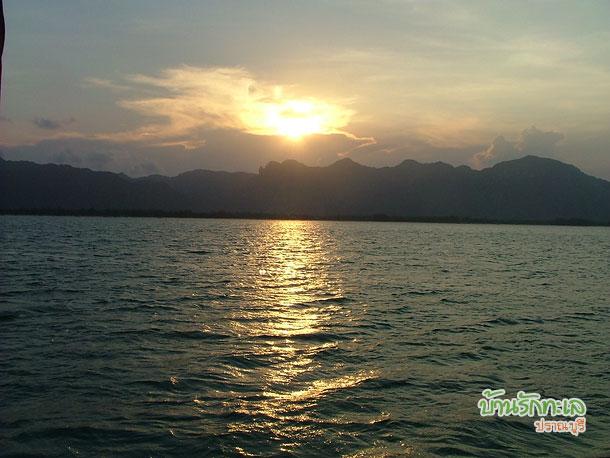 เรือนำเที่ยวเกาะ ภาพพระอาทิตย์ตกแนวทิวเขา ที่พักปราณบุรี บ้านรักทะเล