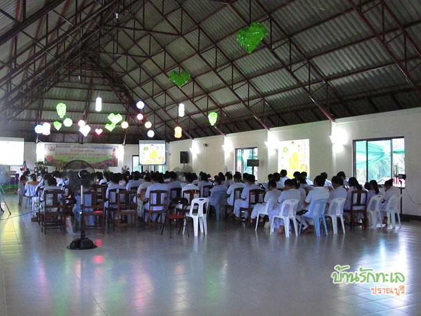หมู่คณะสวดมนต์โดยพร้อมเพรียงกันที่ห้องประชุม ที่พักปราณบุรี