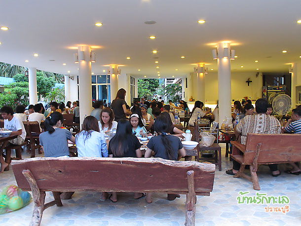 นักศึกษาทานอาหารมื้อเย็นที่ร้านอาหารบ้านรักทะเล ที่พักหมู่คณะ