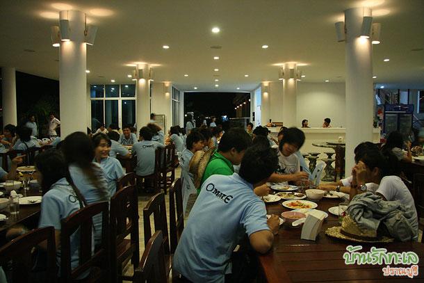 นิสิตทานมื้อเย็นร่วมกัน ที่พักรับน้อง บ้านรักทะเล