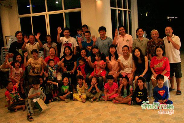 ถ่ายรูปหมู่ กลุ่มพ่อแม่และเด็ก ๆ ที่พักติดทะเล ปราณบุรี บ้านรักทะเล