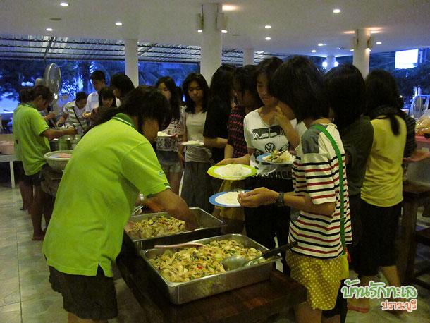 กลุ่มนักเรียนทานมื้อเย็นบุฟเฟ่ที่ร้านอาหาร ที่พักปราณบุรี