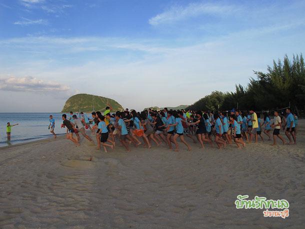กลุ่มนักเรียนรวมพลในทะเล ที่พักปราณบุรี