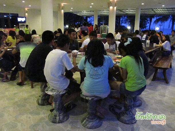 กลุ่มนักเรียนทานมื้อเย็นชมวิวทะเลที่ร้านอาหาร ที่พักปราณบุรี