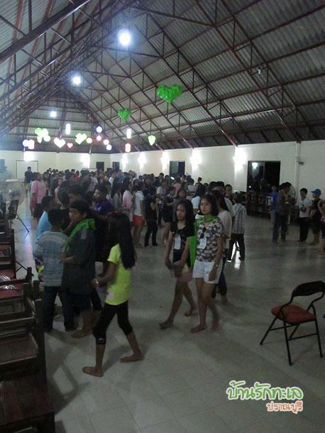 กลุ่มนักเรียนเล่นเกมในห้องประชุม ที่พักปราณบุรี