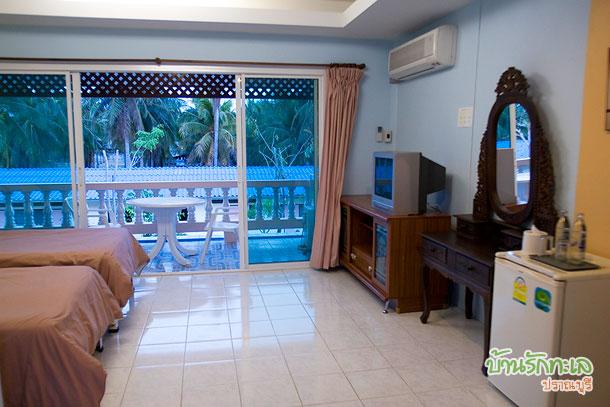 ห้องตะวันฉาย เตียงคู่ ห้องกว้าง ที่พักปราณบุรี บ้านรักทะเล