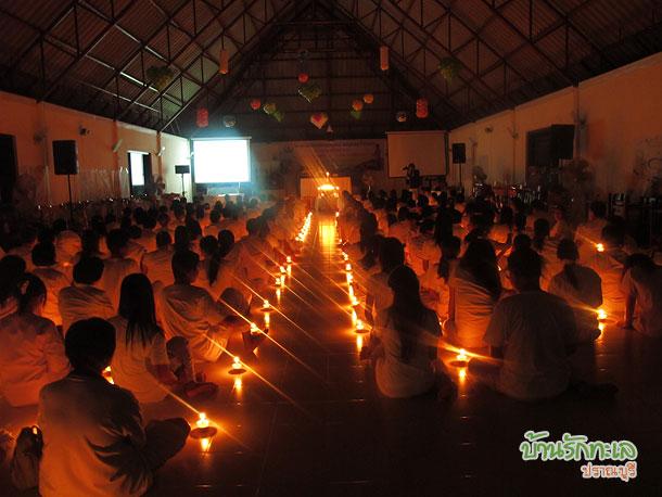 กลุ่มอาจารย์จุดเทียนส่องธรรมในห้องประชุม ที่พักปราณบุรี