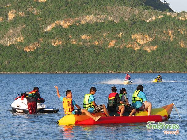 เล่นเรือกล้วยที่ทะเลปราณบุรีหน้าที่พัก