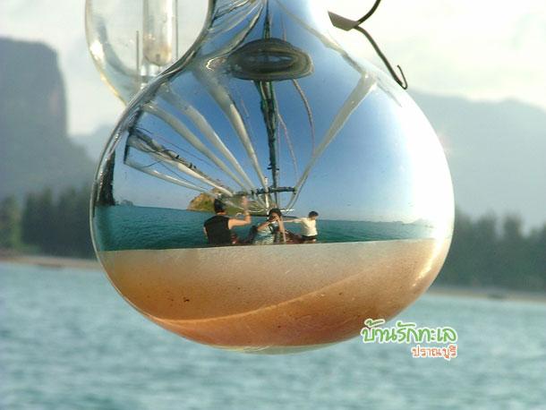 เรือนำเที่ยวเกาะ ภาพจากหลอดไฟ ที่พักปราณบุรี บ้านรักทะเล