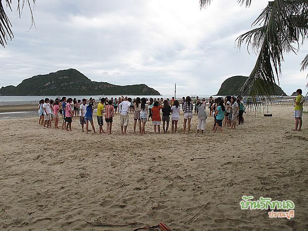 นักศึกษาล้อมวงร้องเพลงชายหาด ที่พักหมู่คณะ บ้านรักทะเล