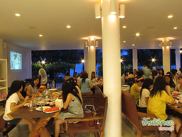 นักศึกษาทานอาหารมื้อค่ำที่ร้านอาหารบ้านรักทะเล ที่พักหมู่คณะ