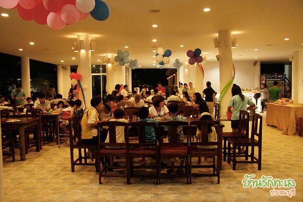 ปาร์ตี้ร้านอาหาร ที่พักติดทะเล ปราณบุรี บ้านรักทะเล