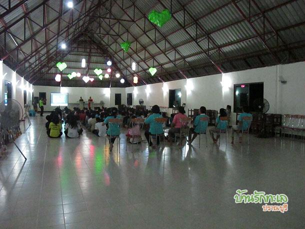 กลุ่มนักเรียนฟังพระเทศน์ในห้องประชุม ที่พักปราณบุรี