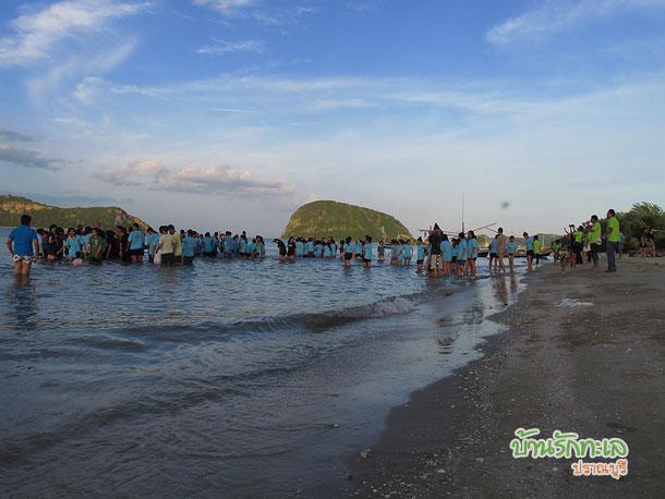 กลุ่มนักเรียนเล่นเกมในทะเล ที่พักปราณบุรี