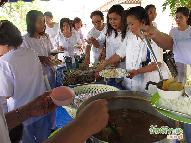 กลุ่มอาจารย์ทานอาหารกลางวันบุฟเฟ่ ที่พักปราณบุรี