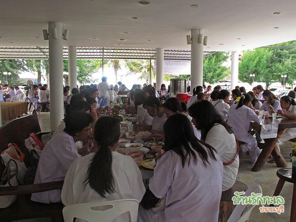 กลุ่มอาจารย์ทานอาหารกลางวันในร้านอาหาร ที่พักปราณบุรี